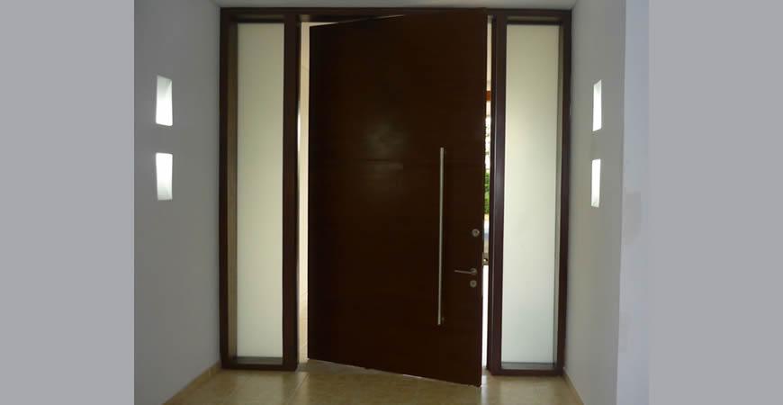 Puertas de seguridad blindadas en l mina y enchapadas en for Puertas blindadas